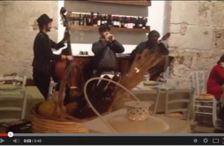 """Il gruppo folkloristico dei """"Babbaluci"""" si esibisce all'Osteria Ballarò."""