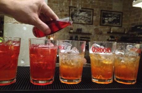 Nella sala enoteca il nostro barman vi delizierà con i suoi cocktail. Mettetelo alla prova!