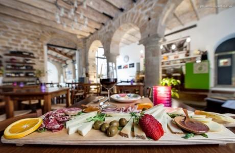 Formaggi e salumi siciliani, tanti presidi slow food nei nostri taglieri, accompagnati da mostarde e miele di ape nera.