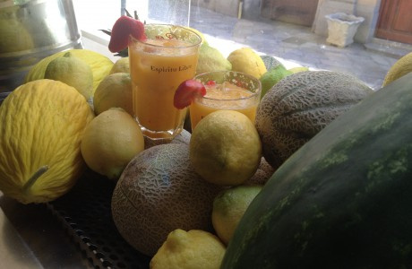"""Concentrato di melone e ananas. D'estate il take away dell'<a href=""""https://www.facebook.com/osteriaballaro"""" data-hovercard=""""/ajax/hovercard/page.php?id=1417883405096356"""">Osteria Ballarò</a> è anche questo!"""